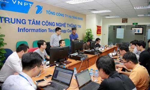 Cán bộ kỹ thuật của VNPT tích cực trong việc chuyển đổi tính cước mới (Online Charging System - OCS). Ảnh: VNPT