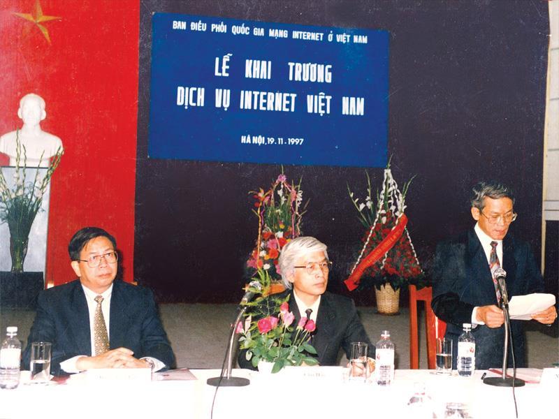 Quang cảnh lễ khai trương dịch vụ Internet Việt Nam 20 năm trước (ảnh tư liệu)